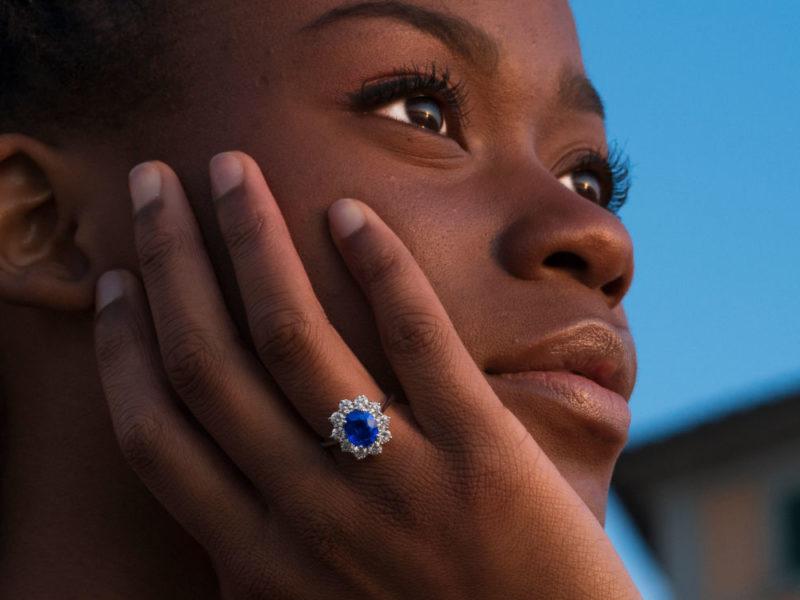 anello in oro bianco con zaffiro e diamanti