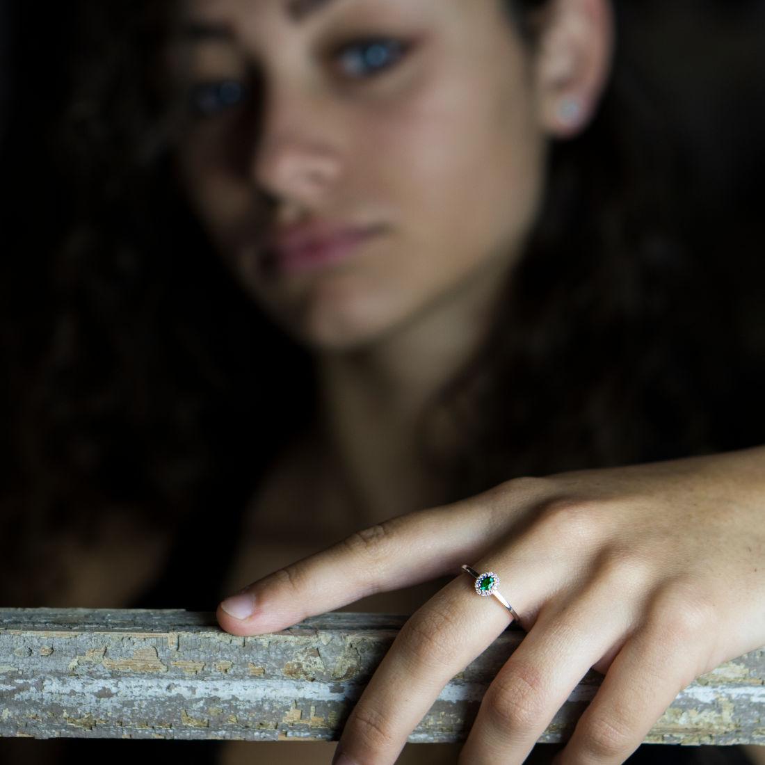 Anello in oro bianco con smeraldo e diamanti taglio brillante