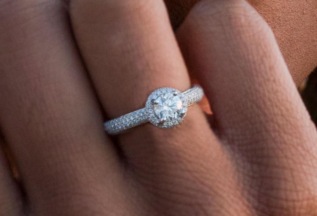 Anello in oro bianco realizzato completamente a mano con diamanti taglio brillante